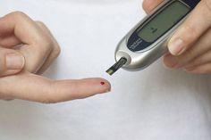 Como reverter a resistência à insulina? . Aqui estão 9 maneiras baseadas em evidências para reduzir a resistência à insulina: .  Fazer exercícios físicos: Praticar exercícios físicos é possivelmente a maneira mais fácil de melhorar a sensibilidade à insulina  pois seu efeito é quase imediato.  Perder gordura abdominal: Tente perder alguma gordura especialmente gordura visceral (aquela que fica ao redor dos órgãos) de seu fígado e abdômen.  Parar de fumar: Fumar tabaco pode causar resistência…