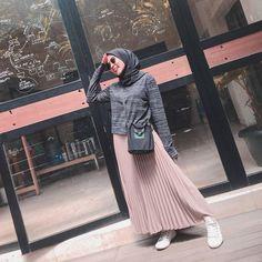 – h – Hijab Fashion 2020 Hijab Casual, Ootd Hijab, Hijab Chic, Modern Hijab Fashion, Muslim Fashion, Ootd Fashion, Skirt Fashion, Korean Fashion, Fashion 2020