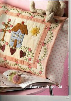 IDEA Add some applique to embroidered old pieces for pillowcases Wool Applique, Applique Patterns, Applique Quilts, Embroidery Applique, Quilt Patterns, Patch Quilt, Quilt Blocks, Quilting Projects, Sewing Projects