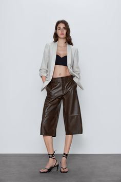Get dressed up with this season's women's blazers at ZARA online and achieve effortless style. Zara Portugal, Online Zara, Zara Home Stores, Roll Up Sleeves, Zara United States, Blazers For Women, Women's Blazers, Zara Women, Mannequin
