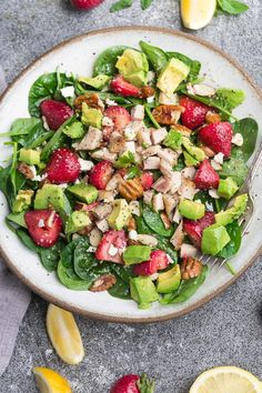 Strawberry Spinach Salad with Avocado, Chicken & Lemon Dressing - perfect healthy low carb / keto lunch made with fresh greens, avocado, nuts & cheese. Strawberry Avocado Salad, Avocado Spinach Salad, Avocado Salat, Avocado Chicken, Spinach Salads, Keto Avocado, Ketogenic Recipes, Keto Recipes, Healthy Recipes