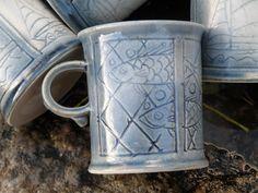 TERVETULOA  KASKISTEN  SAARELLE  JA  SAVIPAJALLE ! Tule tutustumaan irlantilais-suomalaisen taiteilijapariskunnan lumoavaan keramiikkamyymälään, pihapiiriin ja savipajaan. Kom på besök till ett irländskt-finländskt konstnärspars förtjusande keramikbutik, gård och krukmakeri. Enjoy a visit to a charming Pottery & Garden in Kaskinen Island Town. James & Raija Murray www.savipajamurray.fi