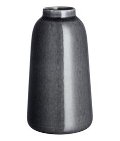 Mørkegrå. Høj vase i glaseret stentøj. Fremstillingsprocessen gør hver vase unik, og dermed kan udseendet variere fra produkt til produkt. Diameter foroven