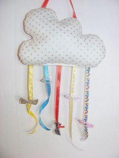 Aufbewahrungs-Möglichkeit für Haarspangen, die sonst immer überall herumfliegen ;-)  Die Wolke kann man ins Kinderzimmer oder Bad hängen und an die bunten Bänder klemmt man dann die Spangen.