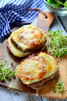 Croque Monsieur - Kifőztük Good Food, Yummy Food, Dinner Sides, Soup And Sandwich, Salmon Burgers, Baking Recipes, Dinnerware, Picnic, Sandwiches