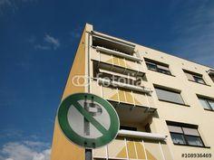 Parken verboten auf einem Privatparkplatz vor einem Mietshaus mit beigefarbener Fassade in Hanau am Main