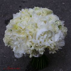 Perfect white #huge #peonies #bride #bouquet #madewithjoy #paulamoldovan #livadacuvisini #scent #scentofawoman #flowers #reasontosmile #buchet #mireasa #bujori #frezii #ranunculus Ranunculus, Peonies, Reasons To Smile, Nasa, Bouquet, Wedding Ideas, Bride, Table Decorations, Wedding Bride
