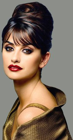 Penelope Cruz's round eyes look so pretty with only 3 shades of eyeshadow.