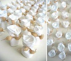 Packaging per 3 confetti realizzato in carta bianco latte Chiusura in filo di carta ecrù