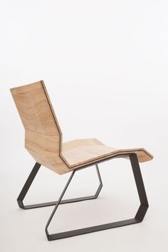 FOLD is a minimalist design created by The The FOLD Low Chair is the result of a designproces in which the designers were trying to make a comfortable chair out of plywood board. Eclectic Dining Chairs, Scandinavian Dining Chairs, Accent Chairs For Living Room, Bench Furniture, Cool Furniture, Furniture Design, Modern Furniture, Luxury Office Chairs, Low Chair
