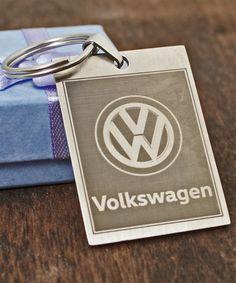 Avaimenperä suosikki autosi logolla. + Oma kaiverrusteksti kääntöpuolelle. Tilaa verkkokaupasta! Volkswagen Logo, Logos, Logo, A Logo