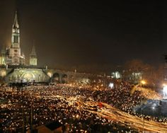 : Panorama sur la procession mariale aux flambeaux de Lourdes, France