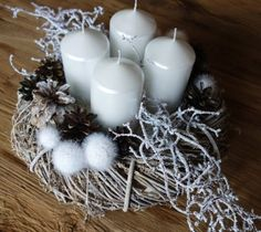 Adventní, bílý věnec Christmas Advent Wreath, Christmas Candles, Xmas Tree, Merry Christmas, Christmas Decorations, Vine Wreath, Christmas Arrangements, Organza Flowers, Pillar Candles