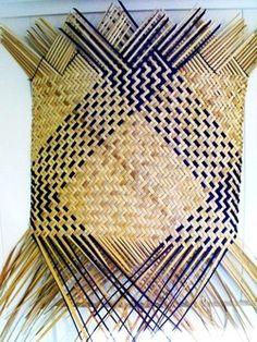 Picture Flax Weaving, Bamboo Weaving, Weaving Art, Weaving Patterns, Basket Weaving, Hand Weaving, Leave Art, Hawaiian Crafts, Types Of Weaving