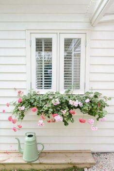 48 Delightful Cascading Planter Ideas For Small Space Gardening Vegetable Garden For Beginners, Gardening For Beginners, Cascading Flowers, Small Space Gardening, Urban Gardening, Planters, Planter Ideas, Pallets Garden, Natural Garden