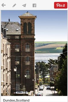 Walking up brae from Magdalen yard road / The world famous Dundee artist McIntosh Patricks art studio was located in Magdalen yard road at bottom of this brae , he painted numerous famous paintings from this studio one memorable painting showed this Tay view overlooking the Tay rail bridge ✔️