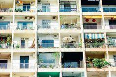"""Về việc chung cư số 42 Nguyễn Huệ đối mặt với một tương lai không chắc chắn, video thực hiện bởi RICE và Saigoneer đã kể lại câu chuyện về cư dân của một trong những """"căn hộ cafe"""" nổi tiếng nhất Sài Gòn. Được xây dựng vào đầu những năm 1960, công trình này …"""