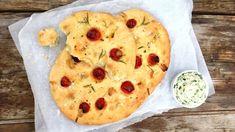 Italská chlebová placka z kynutého těsta je skvělou přílohou ke grilovaným masům, ale hodí se i jako výborný podklad k různým pomazánkám a dipům. Quiche, Mashed Potatoes, Smoothie, Fresh, Breakfast, Ethnic Recipes, Food, Whipped Potatoes, Morning Coffee