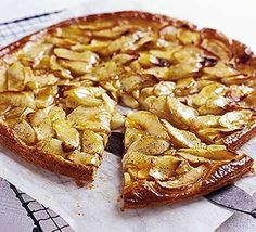 Flat apple & vanilla tart: A gorgeous looking tart that is fantastic for any occasion - from morning tea to decadent dessert. Oreo Dessert, Brownie Desserts, Köstliche Desserts, Delicious Desserts, Dessert Recipes, Yummy Food, Quick Dessert, Vanilla Tart Recipes, Apple Recipes