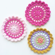 A simple, quick and easy mandala pattern and tutorial to use up leftover yarn. A simple, quick and easy mandala pattern and tutorial to use up leftover yarn. Crochet Mandala Pattern, Crochet Circles, Easy Crochet Patterns, Crochet Doilies, Crochet Flowers, Snowflake Pattern, Knitting Patterns, Crochet Home, Crochet Gifts