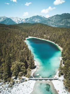 Der Eibsee an der Zugspitze in Bayern, fotografiert mit einer Drohne / Brücke am See, Berge, kristallklares Wasser