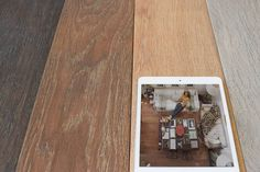 Ζεστάνετε τον χώρο του καθιστικου σας με ένα πλακάκι σε όψη ξύλου. Όσο για την απόχρωση μην φοβάστε οι επιλογές είναι πολλές! #as_spiliotopoulos #yournewhome