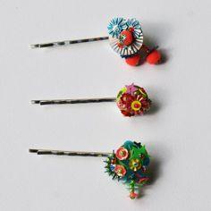 des barrettes pour cheveux avec du tissu brodé de paillettes, de perles et de pompons