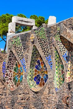 one of the buildings that form the colonia güell, it is considered by many as a singular workshop where gaudi practiced solutions that were later applied to the hugely famous sagrada familia. Architecture Exam, Cathedral Architecture, Cultural Architecture, Unique Architecture, Great Buildings And Structures, Modern Buildings, Dubai Skyscraper, Antoni Gaudi, Interesting Buildings