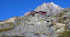 RIFUGIO DEL GRANDE CAMERINI - Sorge a 2580 m. su una sella del tratto inferiore della cresta E della Cima di Vazzeda.