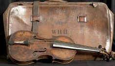 The rosewood violin that belonged to RMS Titanic bandmaster Wallace Hartley. Hartley and his fellow musicians bravely continued to perform and the Titanic sank Rms Titanic, Titanic Museum, Titanic Ship, Titanic Photos, Tornados, Titanic Artifacts, Historical Artifacts, Big Ben, Interesting History