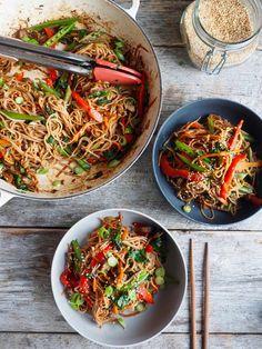 Pasta i kremet tomatsaus og en god del basilikum - Mat På Bordet Penne, Pasta, One Pot Wonders, Veggie Dinner, Wok, Stir Fry, Food Inspiration, Japchae, Fries