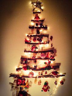 Navidad Simple Una sola extensión, palos y un recuerdo de cada amigo. Un árbol fácil de hacer y fácil de recoger.