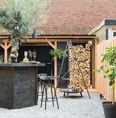 Een hele stoere tuin met zwart en naturel Douglas hout