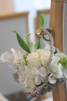 シェ松尾天王洲倶楽部様の装花 スカビオサアルバとスズランのチェアフラワー : 一会 ウエディングの花