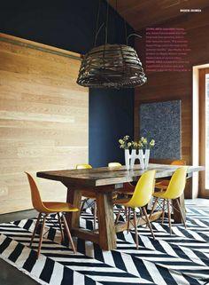 Houten tafel + retro stoelen + groot tapijt