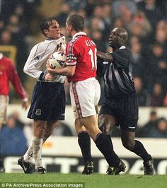Referee Uriah Rennie moves in to separate Tottenham's Andy Sinton (left) and Manchester United captain Roy Keane. Football Fight, God Of Football, Funny Football, Manchester United Legends, Manchester United Players, Man Utd Squad, Rui Costa, Roy Keane, Premier League Champions