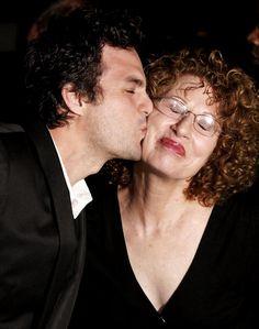 """Mark Ruffalo e sua mãe Marie na estreia mundial de """"Brilho Eterno de uma Mente Sem Lembranças"""" -  2004 -  em Los Angeles, Califórnia. (Foto por Giulio Marcocchi / Getty Images)"""