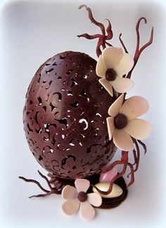 Easter chocolate, chocolate decorations, egg art, arte com chocolate, choco Easter Chocolate, Chocolate Art, Chocolate Molds, Chocolate Lovers, Chocolate Centerpieces, Chocolate Decorations, Easter Egg Cake, Easter Bunny, Chocolate Showpiece