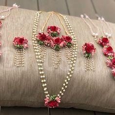Flower Jewellery For Haldi, Flower Jewelry, Fabric Jewelry, Wedding Jewelry, Bridal Hairstyle Indian Wedding, Flower Garland Wedding, Wedding Crafts, Trending Fashion, Flower Fashion
