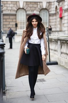 How do you look cool n chic at the same time. By adding a hat n a overcoat to your everyday outfit. Outfit ideas for Girls Street Style Looks, Looks Style, Looks Cool, Mode Outfits, Fashion Outfits, Womens Fashion, Fashion Trends, Fashion Weeks, Fashion Fashion