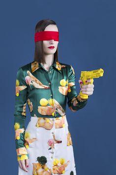 """Auto proclamada """"filha das mídias digitais"""", graduada pelo London College of Fashion, Aleksandra Kingo agradece a mídia social pelo seu sucesso. A fotógrafa trabalha com editoriais de moda e encontra inspirações para suas obras navegando em plataformas de imagem on-line, na cultura pop, nos anos 70 e nos filmes de Wes Anderson.    (...)"""