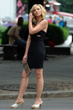 Kim Cattrall Photos - Kim Cattrall films 'Sex and The City near the Plaza Hotel in New York City. - Kim Cattrall Filming 'Sex And The City Carrie Bradshaw Outfits, Taylor Swift Legs, Kim Cattrall, Kristin Davis, Samantha Jones, Hollywood Stars, Movie Stars, Night Out, Actresses