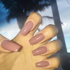 False nails have the advantage of offering a manicure worthy of the most advanced backstage and to hold longer than a simple nail polish. The problem is how to remove them without damaging your nails. Best Acrylic Nails, Acrylic Nail Designs, Brown Acrylic Nails, Dark Nude Nails, Acrylic Nails Autumn, Ballerina Acrylic Nails, Brown Nail, Beige Nails, Acrylic Nail Shapes