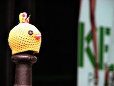 yarn bombing paris crochet julie adore poteau jaune kenzo oiseau tricot knit