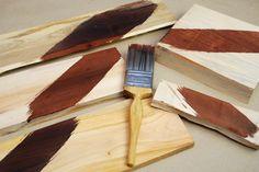 Stačí pár ťahov štetcom adrevo zmení svoj vzhľad. Smrek získa tmavé tóny staroby, čerešňa vymení červenkasté tóny za tmavohnedé, dub sa potiahne tmavou, čiernou patinou. Za týmto zázračným starnutím nie je ani žiadna lazúra, ani moderný náter od výrobcov farieb. Ak ste si už niekedy všimli, že pri klincoch drevo starne najrýchlejšie, možno tušíte očom …