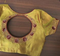 Bright vibrant and attractive the creeper design on this blouse is done exquisitely. Traditional Blouse Designs, Simple Blouse Designs, Stylish Blouse Design, Blouse Back Neck Designs, Blouse Designs Silk, Bridal Blouse Designs, Blouse Patterns, Blouse Neck, Saree Blouse