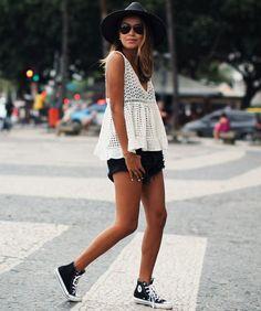 look-short-preto-blusa-off-white-crochet-converse