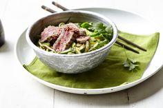 Een overheerlijke gewokte spaghetti van courgette met prei, boontjes en runderreepjes met sesam, die maak je met dit recept. Smakelijk!