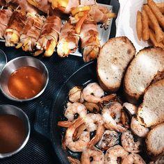 크리스마스 홈파티.  어제 먹은 감바스알아히요가 너무 맛있어서 한번더 & 베이컨떡말이 & 스파이시후렌치프라이  오늘 저녁도 행복하게 시작~~ 감사합니다.  #snap #staub #jaju #photo #iphone6 #음식 #베이컨떡말이 #감바스알아히요 #후렌치프라이 #먹스타그램 #마늘빵 #음식사진 #저녁사진 #식단 #크리스마스 #연휴 #일상 #소통