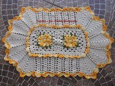 tapete de crochê feito no barbante crú, com flores cataventos com barbante amarelo mesclado, contorno das flores com barbante verde mesclado, material de excelente qualidade. R$ 45,00